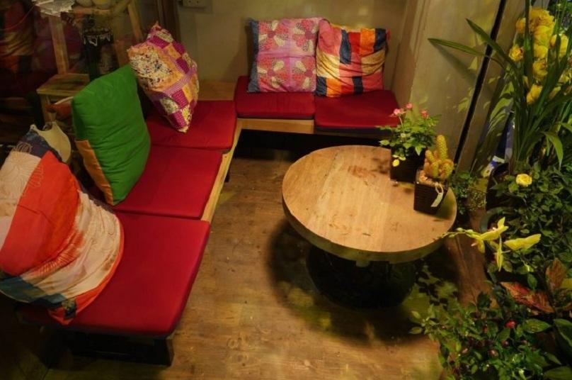 Bộ bàn ghế được thiết kế bắt mắt, tạo điểm nhấn trong quán