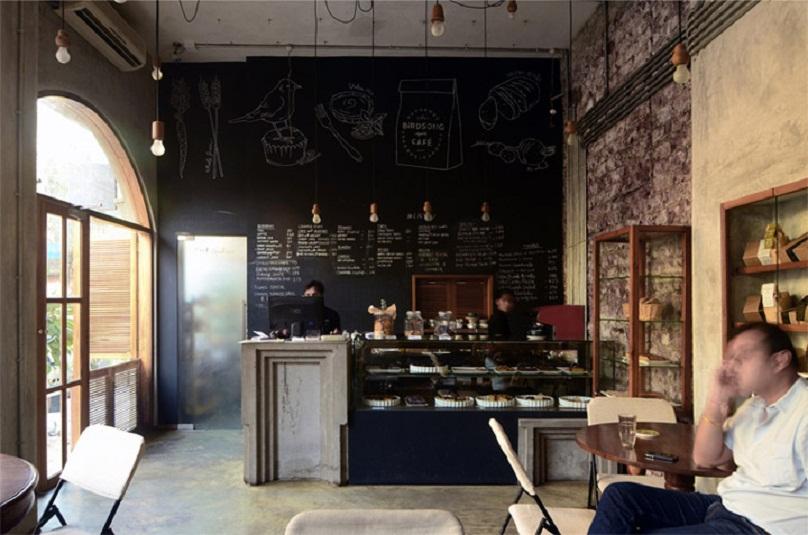 Quầy bán bánh trong quán với menu được viết trên tường là ý tưởng độc đáo